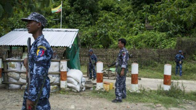 1051887-des-policiers-birmans-aux-abords-de-la-frontiere-avec-le-bangladesh-dans-l-etat-rakhine-le-28-aout-2