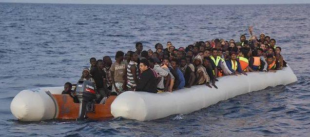 11270492lpw-11270549-article-un-bateau-de-migrants-en-provenance-de-la-libye-jpg_4754214_660x281
