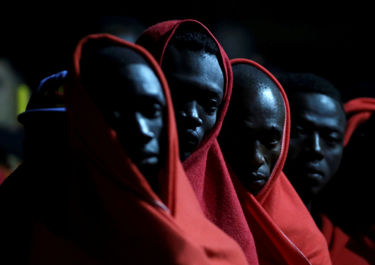 migrants-attendent-pouvoir-debarquer-bateau-sauvetage-Malaga-lEspagne-12-octobre-2018_0_729_516